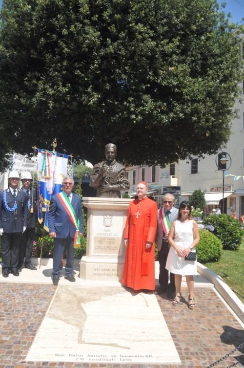 foto sindaco monumento papa innocenzo XII