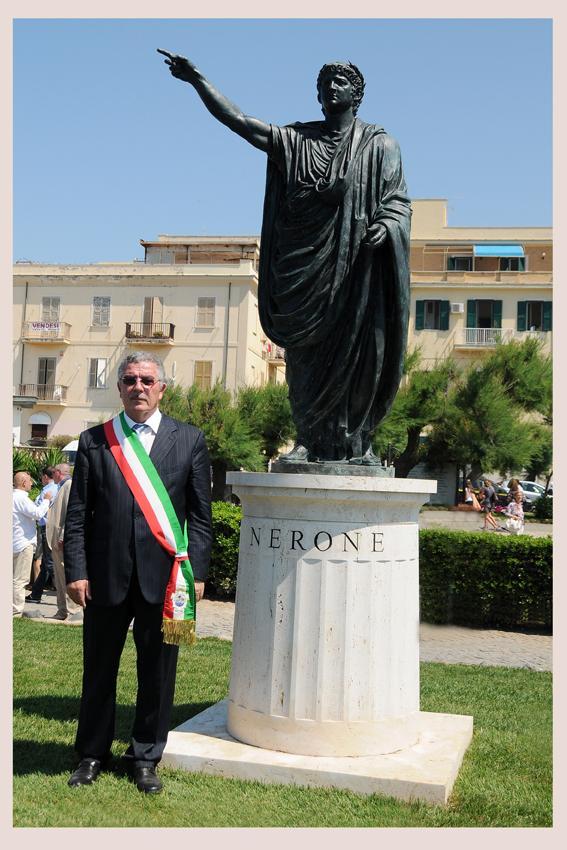 Statua Nerone con Sindaco
